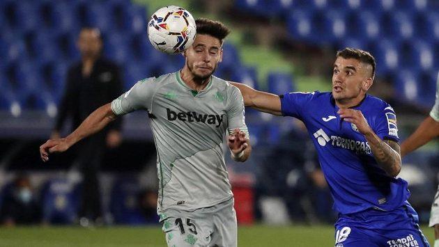 Mauro Arambarri (vpravo) z Getafe v souboji s Alexem Morenem z Realu Betis.