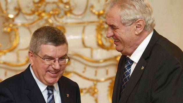 Předseda MOV Němec Thomas Bach (vlevo) na snímku s Milošem Zemanem.