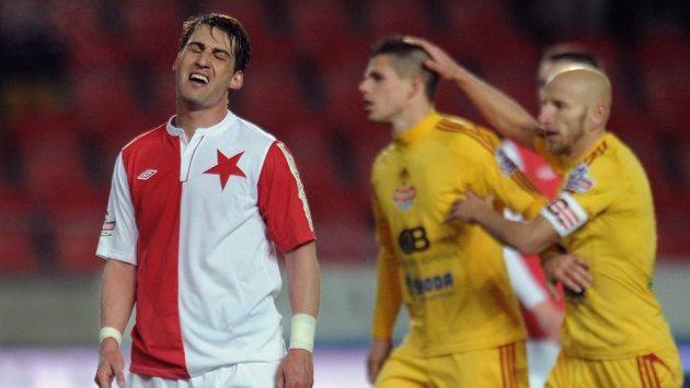 Zklamaný Rudolf Skácel (vlevo) ještě v dresu Slavie.