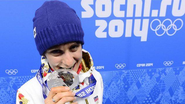 Rychlobruslařka Martina Sáblíková pózuje se stříbrnou medailí ze závodu na 3000 metrů.