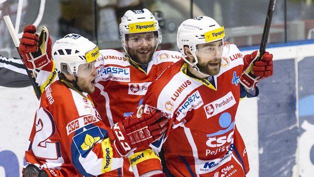 Pardubičtí hráči Radoslav Tybor, Tomáš Kaut a střelec branky Tomáš Marcinko oslavují gól proti Litvínovu.