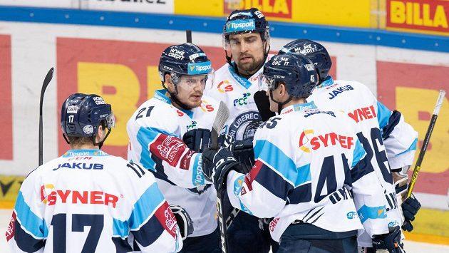 Hokejisté Liberce oslavují gól proti Spartě.