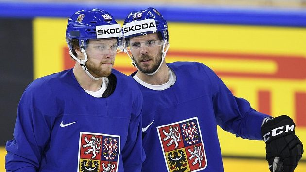 Útočníci David Pastrňák (vlevo) a David Krejčí na tréninku českého týmu.