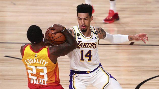 Basketbalista Utahu Jazz Royce O'Neale (23) se snaží ubránit míč před Dannymu Greenem z Los Angeles Lakers během utkání NBA.