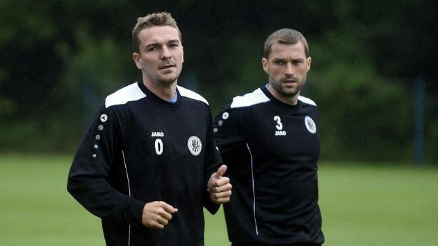 S hradeckými fotbalisty zahájili přípravu na sezónu i Milan Černý (vlevo) a Iulian Erhan.
