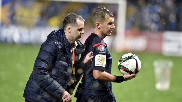 Hlavní sudí Michal Paták (vpravo) podle šéfa disciplinárky Miroslava Tulingera nemohl ruku Milana Petržely vidět.