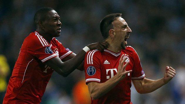 Hráči Bayernu Mnichov Franck Ribéry (vpravo) a David Alaba se radují z gólu.