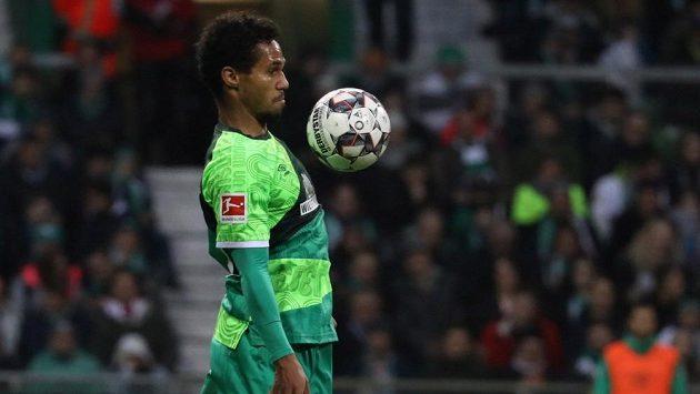 Fotbalista Werderu Brémy Theodor Gebre Selassie v bundesligovém utkání proti Augsburgu.