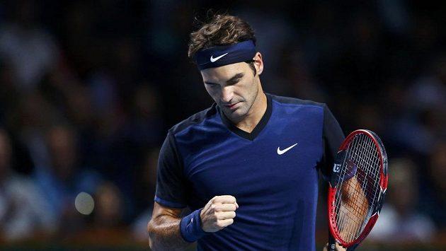 Švýcar Roger Federer se raduje po jedném z vyhraných míčků v zápase s Němcem Philippem Kohlschreiberem.