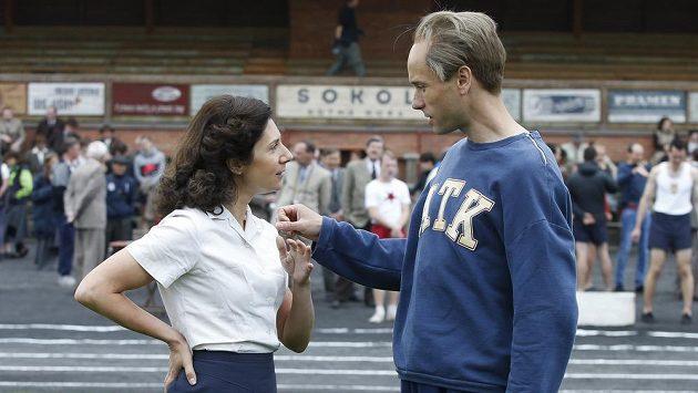 Představitel hlavní role Václav Neužil a Martha Issová jako jeho manželka při natáčení filmu Zátopek v Březnici.