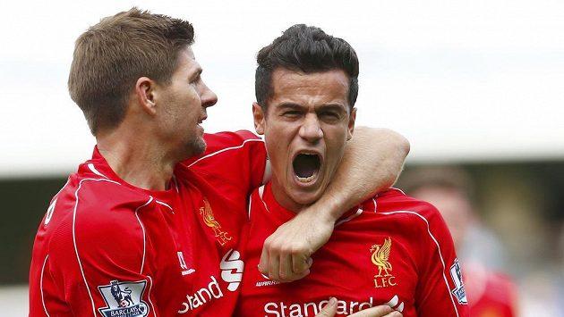 Liverpoolský Philippe Coutinho slaví se Steven Gerrardem gól proti Queens Parku Rangers.