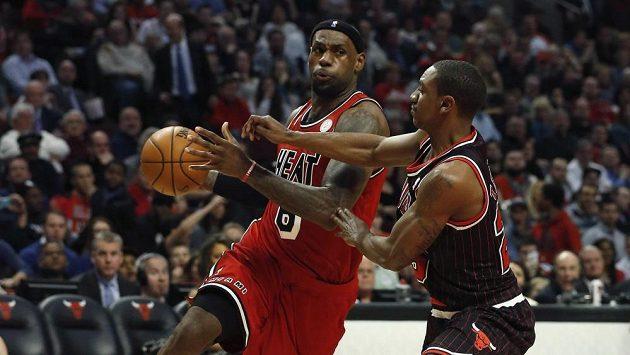 LeBron James (vlevo) dokázal poprvé v dresu Miami zvítězit na palubovce Chicaga.