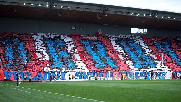 Choreo fanoušků Slavie během derby se Spartou.