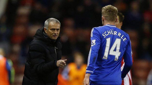 Kouč Chelsea José Mourinho (vlevo) udílí pokyny Andrému Schürrlemu.