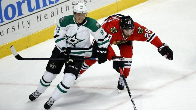 Aleš Hemský z Dallasu (vlevo) a hokejista Chicaga Brandon Saad.