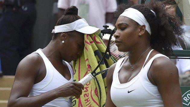 Serena Williamsová (vpravo) porazila v osmifinále Wimbledonu svou sestru Venus.