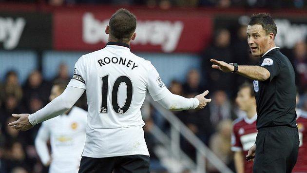 Rozhodčí Mark Clattenburg domlouvá útočníkovi Manchesteru United Rooneymu během utkání proti West Hamu.