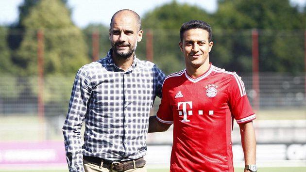 Pep Guardiola se svým oblíbencem Thiagem Alcantarem. Teď oba čeká pikantní souboj s Barcelonou, odkud do Mnichova přišli.