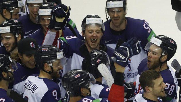 Radost britských hokejistů ze záchrany v elitní skupině.