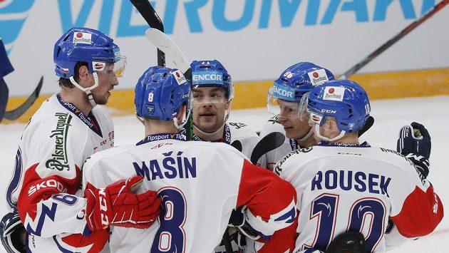 Čeští hokejisté se radují z gólu proti Finsku na moskevském turnaji.