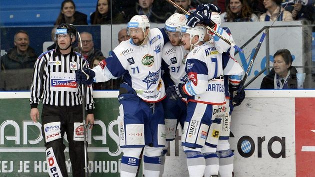 Hráči Komety (zleva) Tomáš Malec, Radim Zohorna a Tomáš Bartejs se radují z úvodního gólu v prvním semifinále proti Plzni.