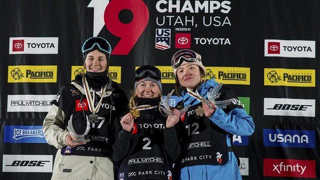První trio ze závodu žen na MS v akrobatickém lyžování v disciplíně Big Air. Zleva druhá Američanka Julia Krassová, uprostřed vítězná Francouzka Tess Ledeuxová a napravo třetí Britka Isabel Atkinová.