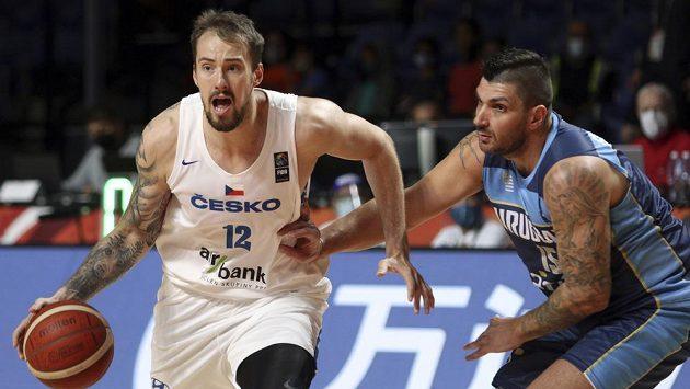 Český basketbalista Ondřej Balvín (vlevo) a Esteban Batista z Uruguaye v zápase olympijské kvalifikace.