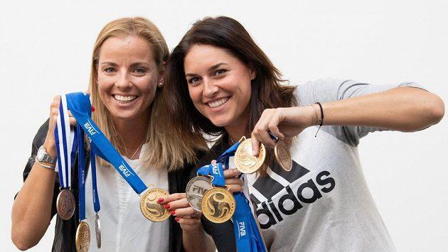 Úspěsné české beachvolejbalistky Markéta Nausch Sluková (vlevo) a Barbora Hermannová.