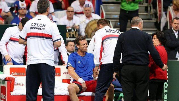 Tomáš Berdych s bolestivou grimasou během nedělní dvouhry v daviscupovém utkání v Německu.