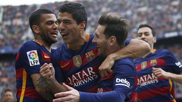 Útočník Barcelony Luis Suárez (uprostřed) se raduje z branky.