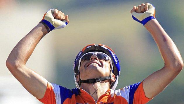 Španělský cyklista Luis Léon Sánchez se raduje z etapového vítězství na Tour.
