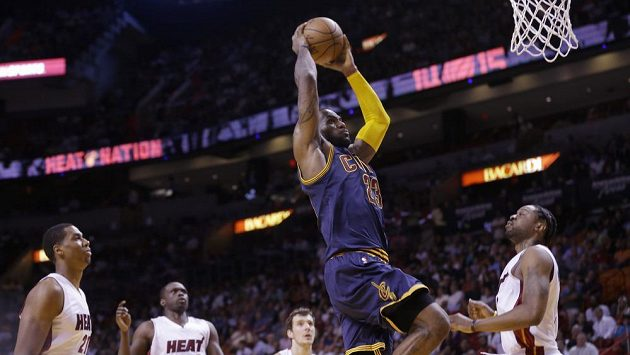 Basketbalista Clevelandu Cavaliers LeBron James (23) napřahuje ke smeči v utkání proti Miami Heat.