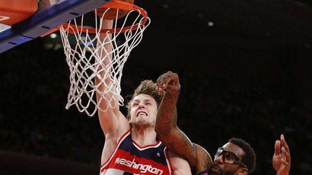 Basketbalista Jan Veselý v duelu s New Yorkem.