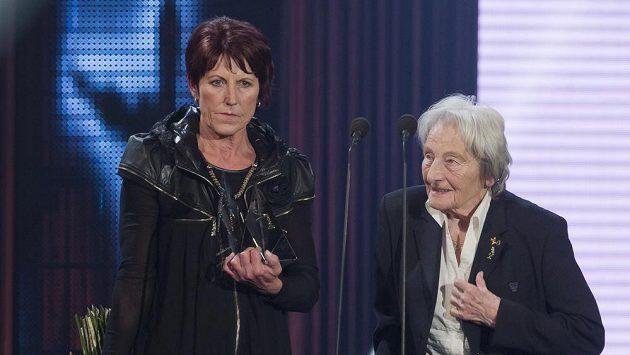 Jarmila Kratochvílová (vlevo) se stala sportovní legendou. Ocenění jí předala olympijská vítězka v hodu oštěpem Dana Zátopková.