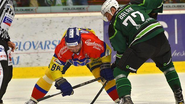 Zleva Petr Vampola z Budějovic a domácí hráč Stanislav Balán.