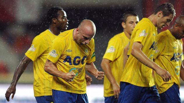 Hráči Teplic Ivo Táborský (druhý zleva) oslavuje gól.