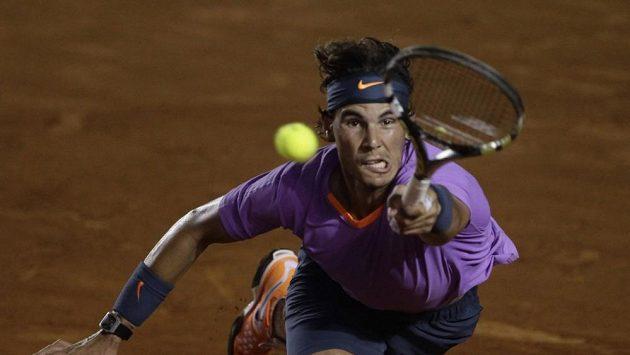 Rafael Nadal v zápase s Nicolasem Almagrem.