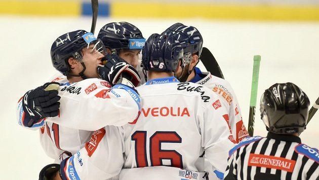 Vítkovičtí hokejisté se radují z gólu.