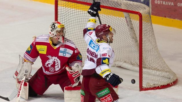 Ivan Rachůnek (vpravo) pomohl Spartě dvěma góly a jednou asistencí k výhře v Třinci.