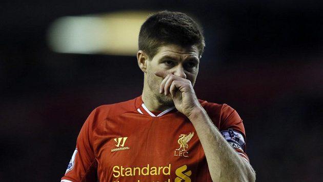 Steven Gerrard v sobotním ligovém zápase s West Hamem.