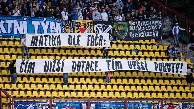 Fanoušci Baníku Ostrava a jejich vzkaz během utkání na Dukle.
