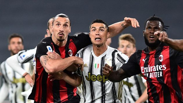 Hvězdy v akci. Zlatan Ibrahimovic z AC Milán a Cristiano Ronaldo z Juventusu ve šlágru italské ligy.