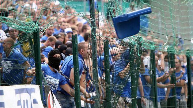 Fanoušci v Baníku ve Zlíně. Zápas byl na 20 minut přerušen kvůli jejich řádění.