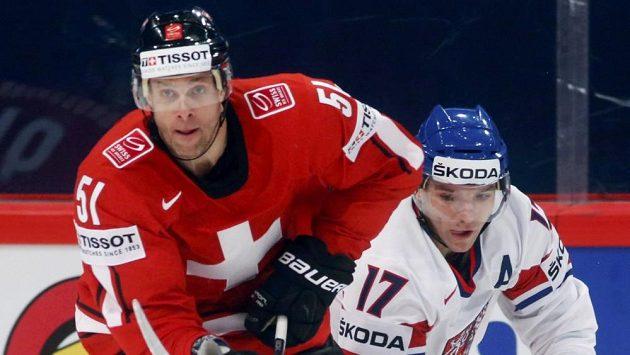 Útočník Radim Vrbata (vpravo) v utkání se Švýcarskem.