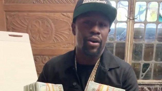 Legendární boxer Floyd Mayweather vydělal miliardu dolarů. Teď se ale proslýchá, že mu docházejí peníze a potřebuje vybojovat další zápas. Hvězda to odmítá, ale připouští, že do ringu ráda půjde.