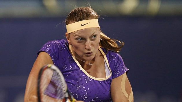 Česká tenistka Petra Kvitová při semifinálovém duelu v Dubaji proti Carolině Wozniacké.