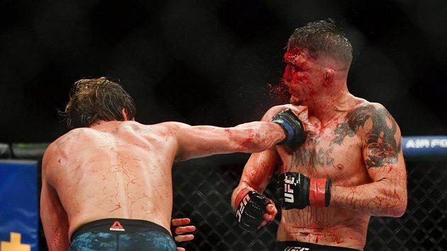 Duel mezi Darrenem Elkinsem (vpravo) a Natem Landwehrem přinesl velkou bitvu v UFC.