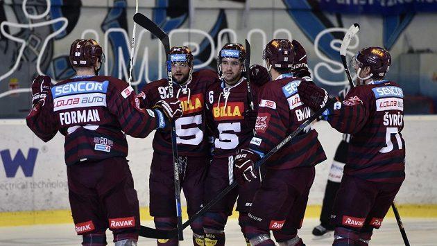 Hokejisté Sparty (zleva) Miroslav Forman, Dominik Uher, Lukáš Cingel, Vladimír Eminger a Jan Švrček se radují z vítězství v Brně.