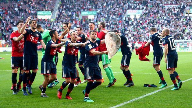 Vítězná jízda. Fotbalisté Bayernu Mnichov získali v německé lize šestý mistrovský titul v řadě.