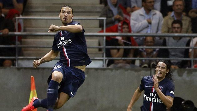 Zlatan Ibrahimovic (vlevo) se raduje společně se spoluhráčem z Paris Saint-Germain Edisonem Cavanim z gólu.